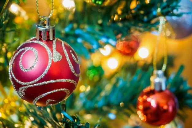枝の背景にクリスマスツリーの装飾 Premium写真