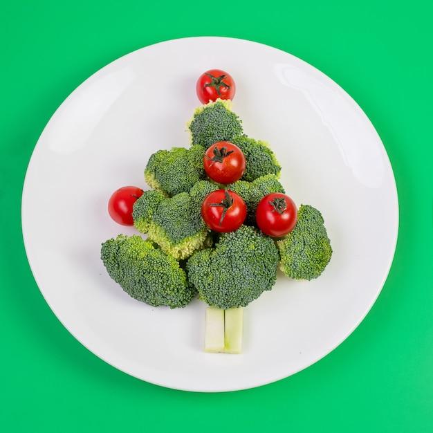 야채로 만든 크리스마스 트리 프리미엄 사진