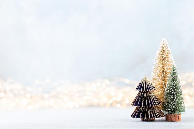 ボケ味の背景のクリスマスツリークリスマス休暇のお祝いのコンセプト。 Premium写真