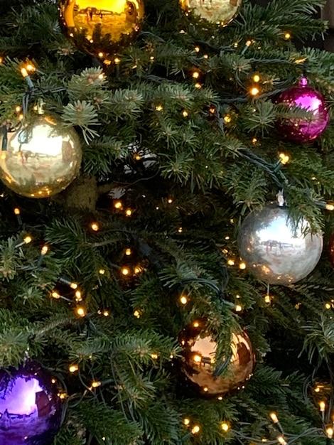 아름 다운 장식 공 및 조명 크리스마스 트리 무료 사진