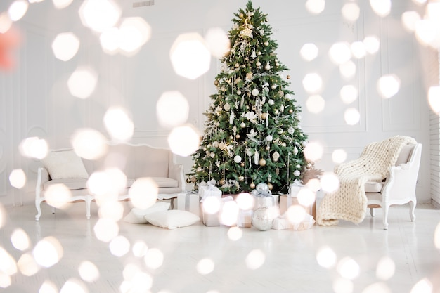 Christmas tree with christmas lights in the interior Premium Photo