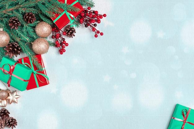 コーンの境界線を持つクリスマスツリー。年末年始常緑樹、クリスマスグリーンアートコーナーデザイン。 Premium写真