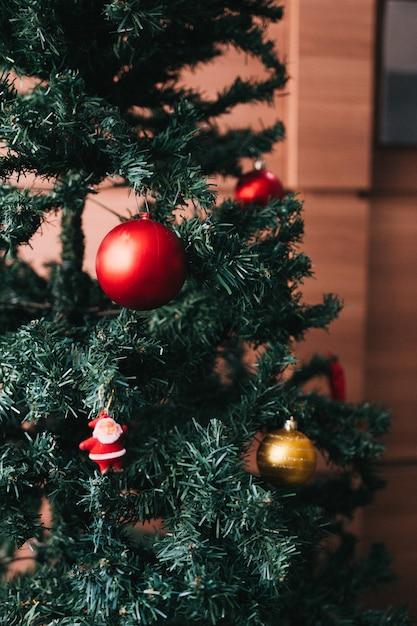 황금과 빨간색 볼과 산타 크리스마스 트리 무료 사진