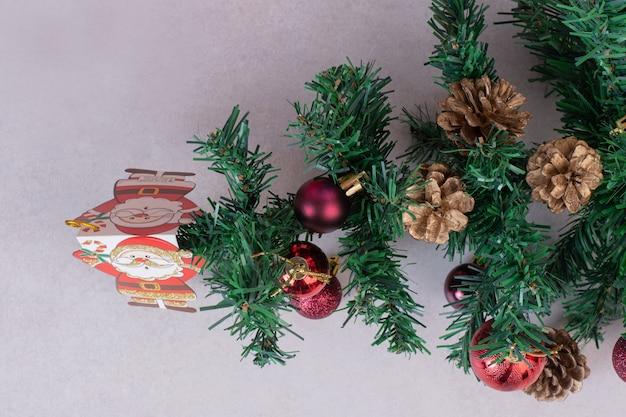 빨간 공 및 회색 표면에 Pinecones 크리스마스 트리 무료 사진