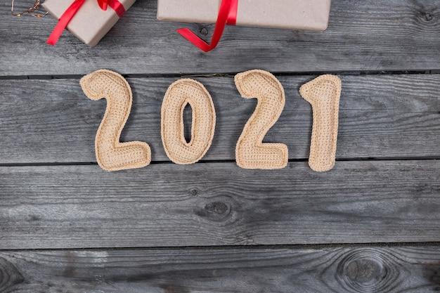 Новогодний деревянный фон с номерами, связанными крючком 2021 Premium Фотографии