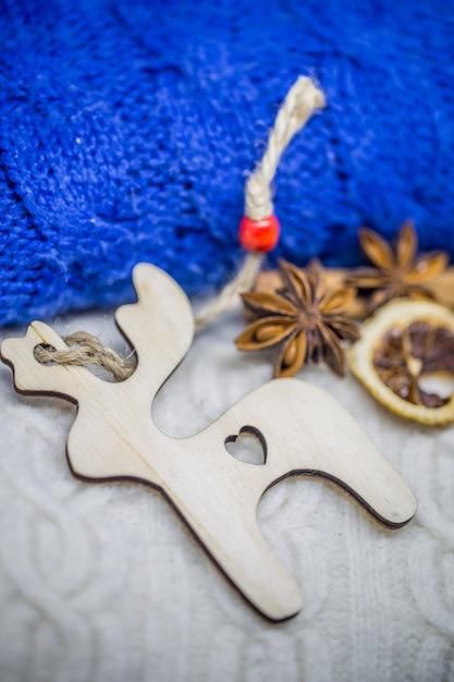 木のおもちゃのクリスマス、セーターのクローズアップ 無料写真