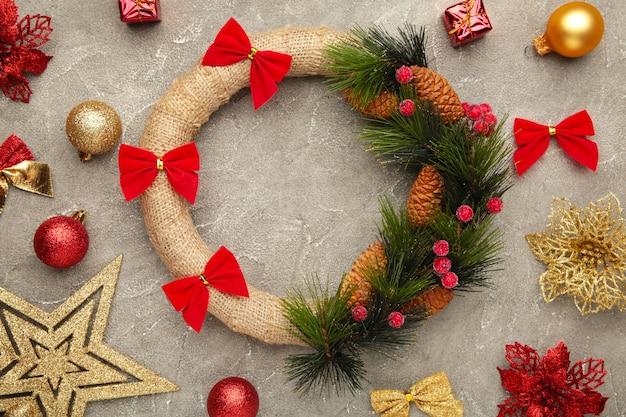 灰色のコンクリートの背景にクリスマスリースと装飾。感謝祭。上面図。 Premium写真