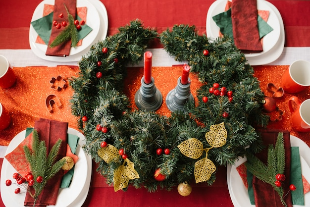 Christmas wreath on the festive table, served for a festive dinner Premium Photo