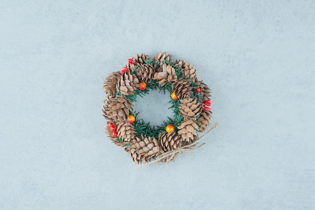 A christmas wreath from pinecone on marble background. high quality photo Free Photo