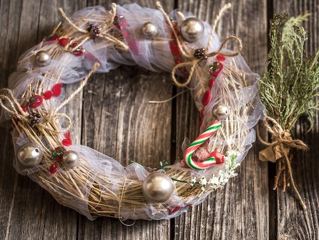 木製の背景にクリスマスリース 無料写真