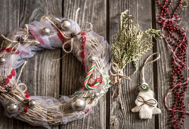 Рождественский венок на деревянном фоне Бесплатные Фотографии