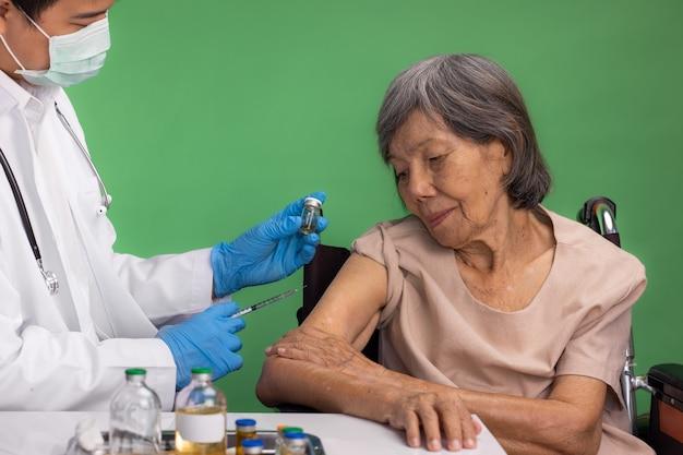 Ilustrasi vaksin Covid-19 untuk lansia.