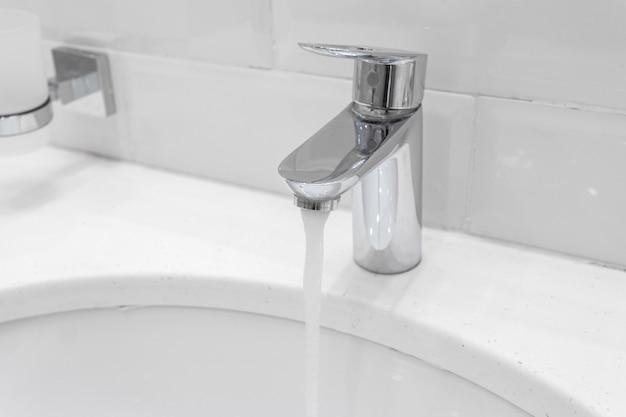 Chrome faucet in modern bathroom Premium Photo