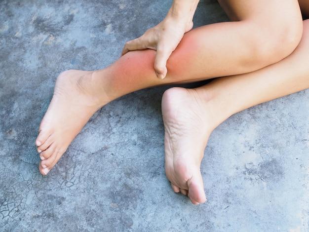 Хронические мышечные боли и острая боль в ногах и массаж тела для снятия судорог ног. Premium Фотографии