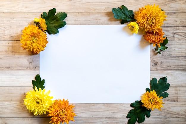菊秋の花束コピースペースブラン紙カラフルな色 Premium写真