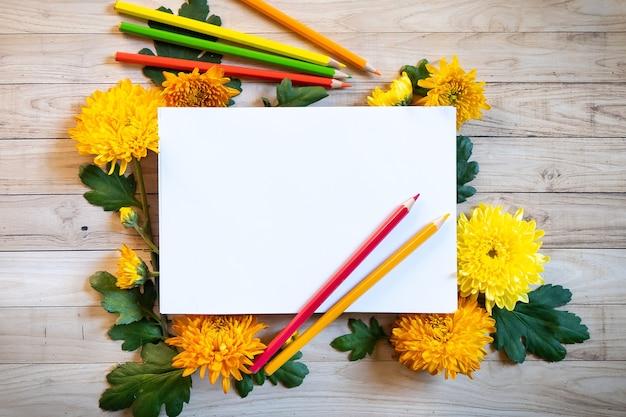 カラフルな色の鉛筆コピースペースブラン紙と菊の秋の花束 Premium写真