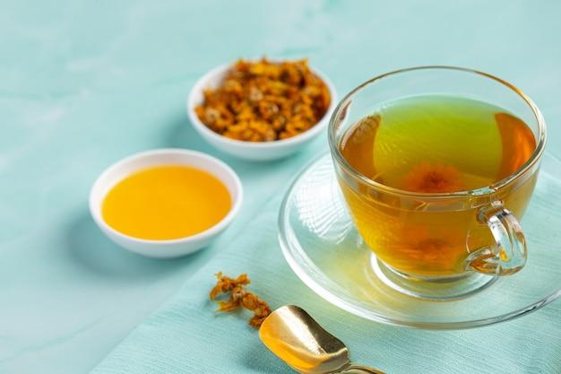 テーブルの上の菊の花茶 無料写真