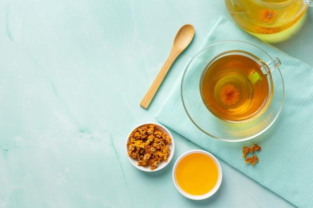 Tè ai fiori di crisantemo sul tavolo Foto Gratuite