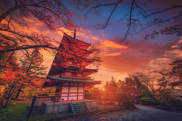 Пагода chureito и красные лист в осени на заходе солнца на fujiyoshida, японии. Premium Фотографии