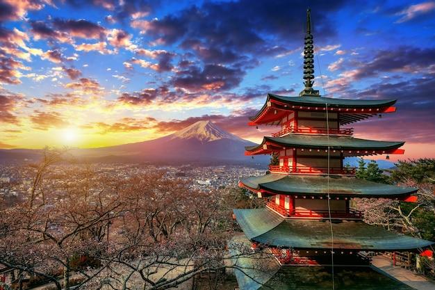 Pagoda chureito e monte fuji al tramonto in giappone. Foto Gratuite