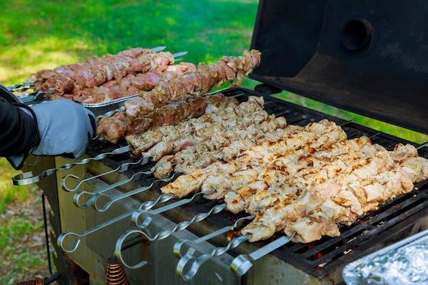 肉のグリル焼き串焼きバーベキュー。バーベキューchurrasco肉の背景。 Premium写真