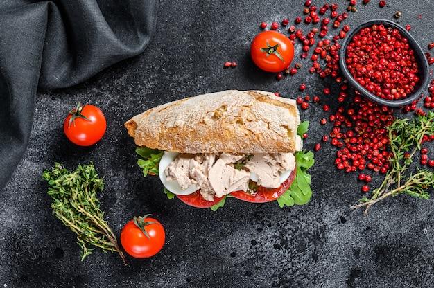 Бутерброд чиабатта с паштетом из печени, рукколой, помидорами, яйцом и зеленью Premium Фотографии