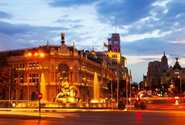夏の夕暮れにcibeles広場。マドリード 無料写真