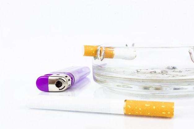 たばこの灰皿ライターたばこの吸い殻 Premium写真
