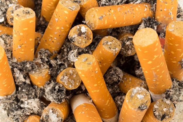 たばこの吸い殻の背景テクスチャ Premium写真