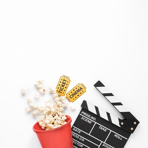 コピースペースと白い背景の上の映画の要素 Premium写真