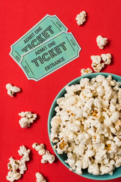 Билеты в кино рядом с миской с попкорном Бесплатные Фотографии
