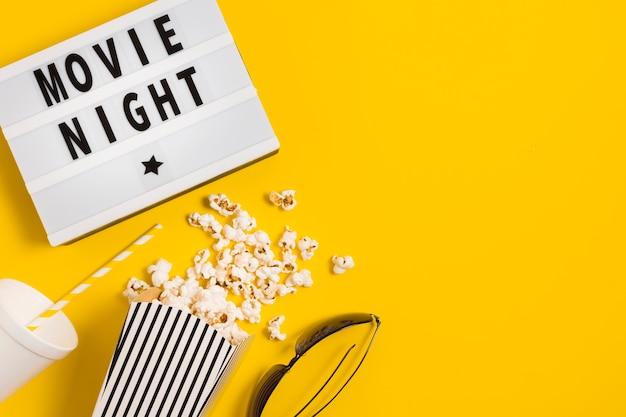 Tempo di cinema con popcorn Foto Gratuite