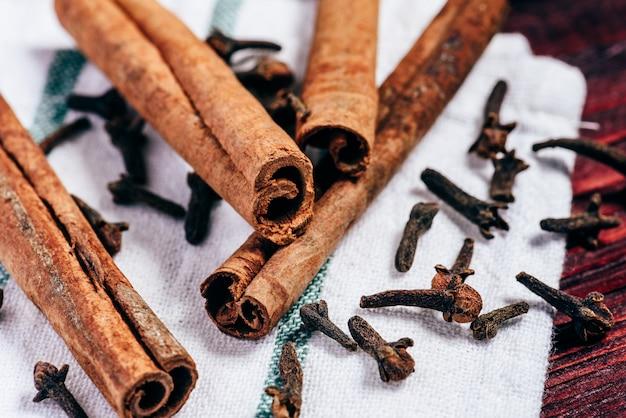 Палочки корицы и гвоздики на ткани Premium Фотографии