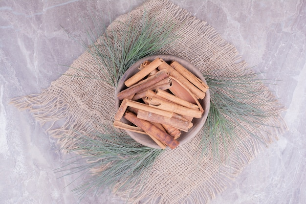 계피는 주위에 오크 나무 가지와 나무 컵에 스틱. 무료 사진