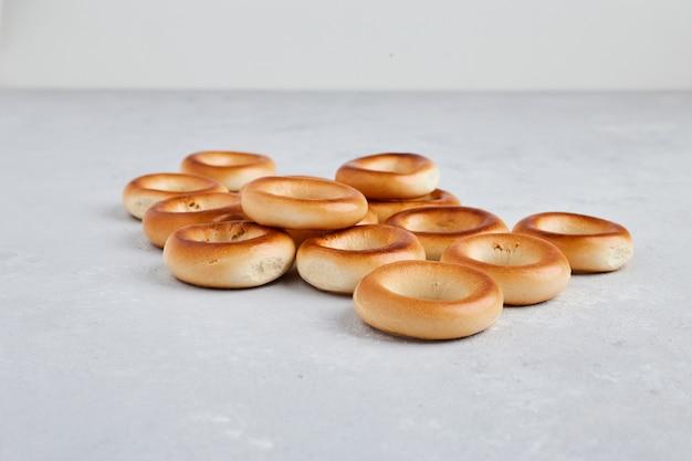 白い背景の上の円のペストリーパン。 無料写真
