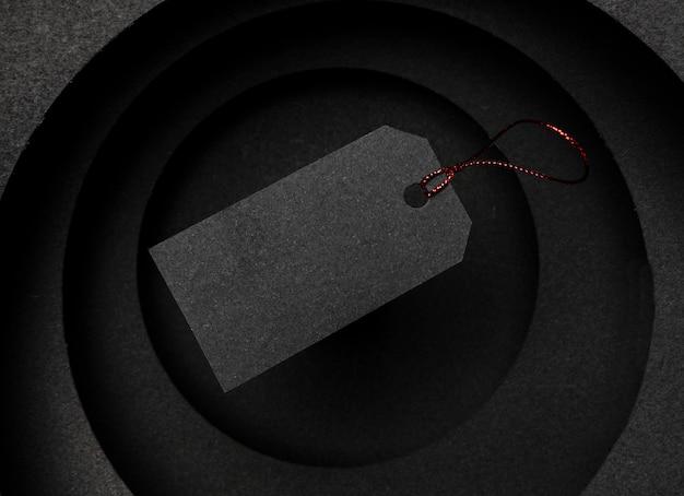 暗い背景と値札の円形のレイヤー 無料写真