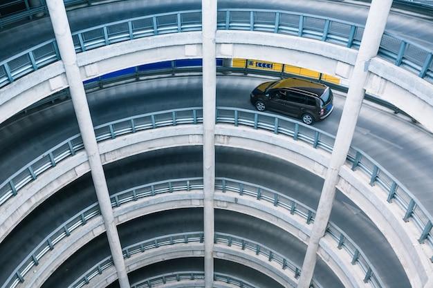 Rampa circolare nel garage di parcheggio Foto Gratuite