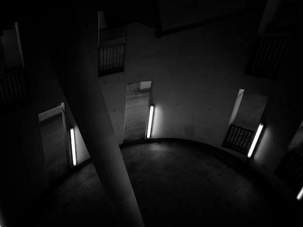 Sala circolare con pilastro al centro Foto Gratuite