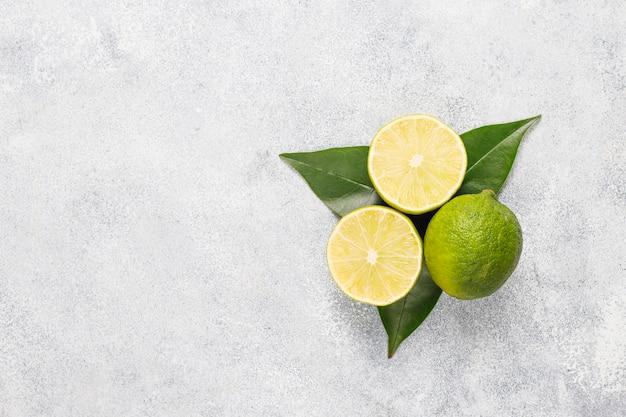 柑橘類の背景にレモンの盛り合わせ、レモン 無料写真