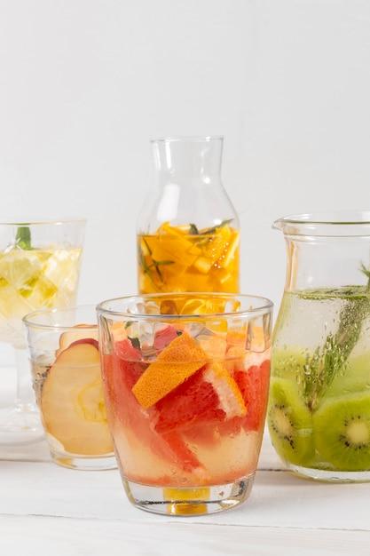 テーブルの上の柑橘系の果物の飲み物 無料写真