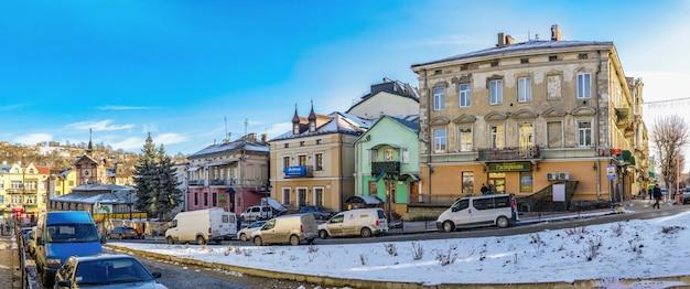 Центр города и старая ратуша в чорткове, украина, в солнечный зимний день Premium Фотографии