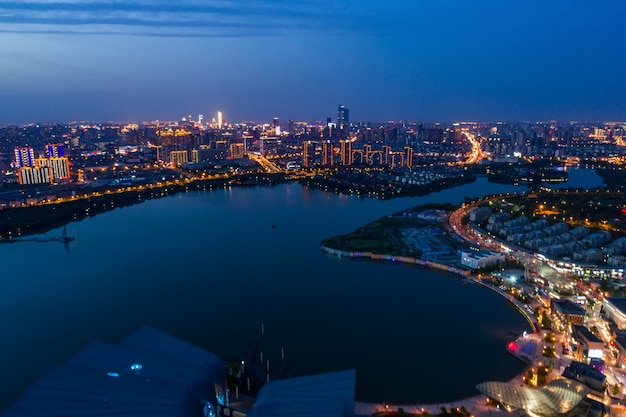 Paesaggio urbano e flusso di traffico nel parco industriale di wuxi durante la notte Foto Gratuite