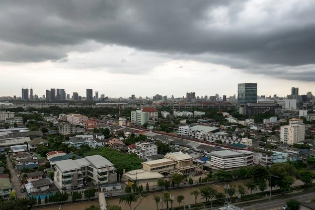 City skyline with cloundy thunder storm Premium Photo