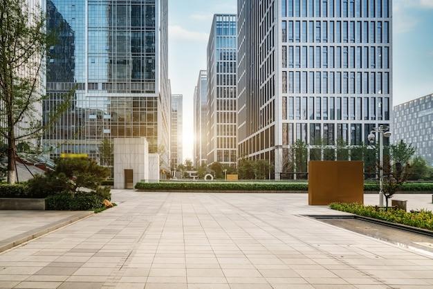 Городская площадь и современные многоэтажки Premium Фотографии