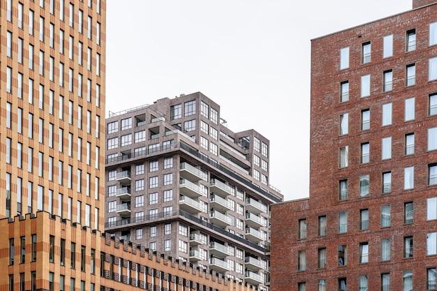 Città con moderni grattacieli durante il giorno Foto Gratuite