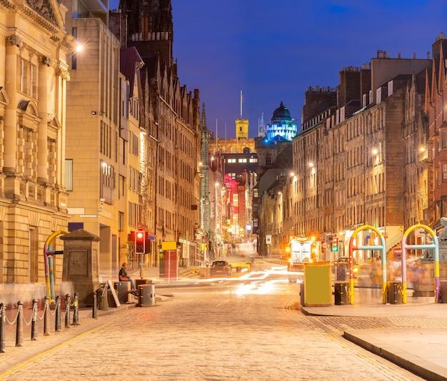 Городской пейзаж старого города эдинбурга на улице королевской мили в сумерках заката, эдинбург. Premium Фотографии