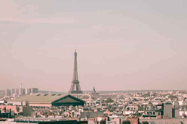 美しい建物とエッフェル塔の街並み Premium写真