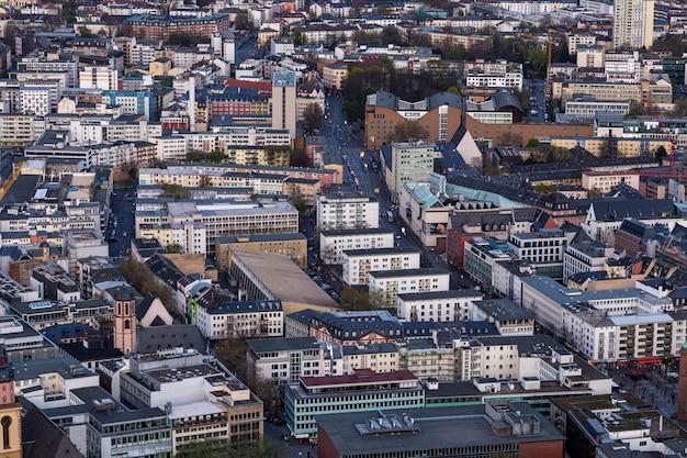ドイツ、フランクフルトの建物がたくさんある街並み 無料写真