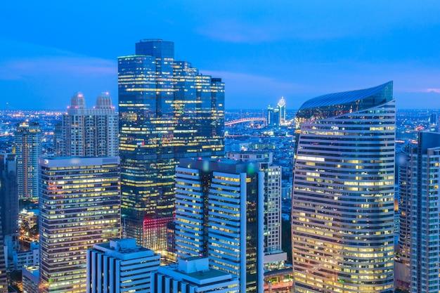 Бангкок cityscape, деловой район с высоким зданием в сумерках (бангкок, таиланд) Premium Фотографии