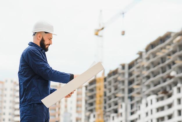 Инженер-строитель с эскизом в руках Premium Фотографии